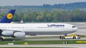 Lufthansa acepilla haciendo el taxi en el aeropuerto de Munich, MUC metrajes