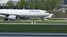 Lufthansa acepilla haciendo el taxi en la pista, primer metrajes