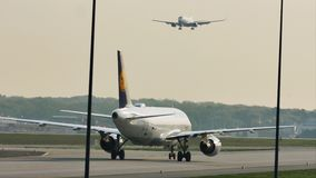Lufthansa acepilla haciendo el taxi en la pista, primer
