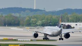 Lufthansa acepilla haciendo el taxi en la pista, visión trasera