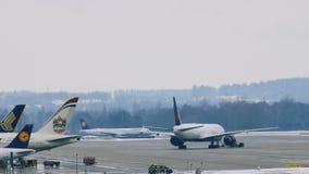 Lufthansa acepilla la mudanza en el aeropuerto de Munich, MUC almacen de metraje de vídeo