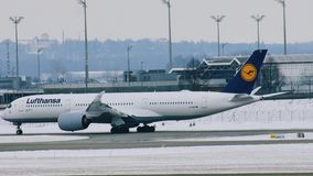 Lufthansa acepilla la mudanza en el aeropuerto de Munich, MUC metrajes