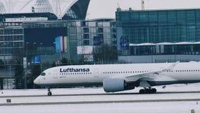 Lufthansa acepilla la mudanza en el aeropuerto de Munich, MUC almacen de video