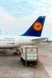 Lufthansa Aerobus A320-214 parkujący w Boryspil lotnisku międzynarodowym w Kyiv Obrazy Stock