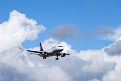 Lufthansa AG de Deutsche, Airbus A320 - 214 no ar Imagens de Stock Royalty Free