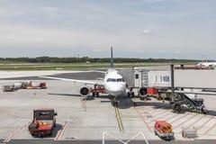 Lufthansa Airbus é rady para embarcar no terminal novo no Ha Foto de Stock Royalty Free
