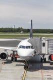 Lufthansa Airbus é rady para embarcar no terminal novo no Ha Fotos de Stock Royalty Free