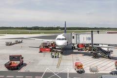 Lufthansa Airbus é rady para embarcar no terminal novo no Ha Fotografia de Stock Royalty Free