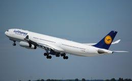 Lufthansa Airbus 340 Imagenes de archivo