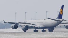 Lufthansa Airbus acaba de aterrizar en el aeropuerto de Munich, MUC, nieve almacen de video