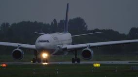 Lufthansa Airbus A330 allument la piste avant le départ banque de vidéos