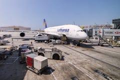 Lufthansa Airbus A380 AR bloquea en el aeropuerto internacional de Los Ángeles, los E.E.U.U. Foto de archivo