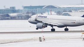 Lufthansa Airbus A320-200, atterraggio di D-AIUO nell'aeroporto di Monaco di Baviera stock footage