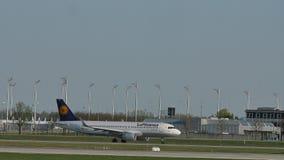 Lufthansa Airbus che fa l'aeroporto di Monaco di Baviera del taxi, alla collina del gel del ¼ di Besucherhà stock footage