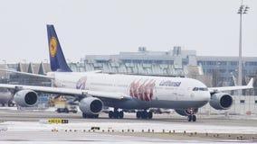 Lufthansa Airbus A340-600 con la nueva librea de FC Baviera metrajes