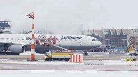 Lufthansa Airbus A340-600 con la nueva librea de FC Baviera almacen de video
