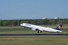 Lufthansa Airbus A321 décollent à l'aéroport de Berlin Tegel Images libres de droits