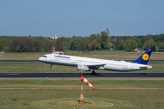Lufthansa Airbus A321 décollent à l'aéroport de Berlin Tegel Photo stock