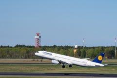 Lufthansa Airbus A321 décollent à l'aéroport de Berlin Tegel Photos stock