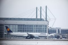 Lufthansa Airbus A321-200 D-AIDC que taxiing no aeroporto de Munich, tempo de inverno Imagens de Stock Royalty Free