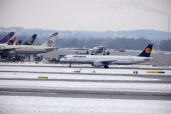 Lufthansa Airbus A321-200 D-AIDE no aeroporto de Munchen Fotografia de Stock Royalty Free