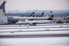 Lufthansa Airbus A321-200 D-AIDE no aeroporto de Munchen Imagens de Stock Royalty Free