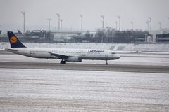 Lufthansa Airbus A321-200 D-AIDX que lleva en taxi en el aeropuerto de Munich, invierno Imágenes de archivo libres de regalías