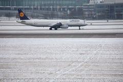 Lufthansa Airbus A321-200 D-AIDX que taxiing no aeroporto de Munich, tempo de inverno Fotografia de Stock Royalty Free