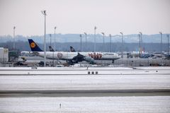 Lufthansa Airbus A340-600 D-AIHZ roulant au sol dans l'aéroport de Munich, horaire d'hiver, livrée de FC Bavière Photos libres de droits