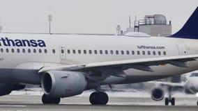 Lufthansa Airbus A319-100 D-AILD che rulla nell'aeroporto MUC di Monaco di Baviera archivi video