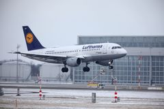 Lufthansa Airbus A319-100 D-AILD no aeroporto MUC de Munich Imagem de Stock Royalty Free