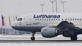 Lufthansa Airbus A319-100 D-AILD que lleva en taxi en el aeropuerto MUC de Munich metrajes