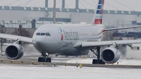 Lufthansa Airbus A319-100 D-AILT que se mueve en el aeropuerto de Munich, nieve metrajes