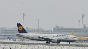 Lufthansa Airbus A320-200 D-AIPF nell'aeroporto di Monaco di Baviera video d archivio