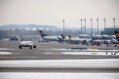 Lufthansa Airbus A320-200 D-AIPL en el cielo Imagen de archivo libre de regalías