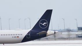 Lufthansa Airbus A321-100 D-AIRD D-AIBB que saca, aeropuerto de Munich Nueva librea almacen de metraje de vídeo