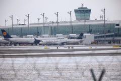 Lufthansa Airbus A321-100 D-AIRW que taxiing no aeroporto de Munich, inverno Fotos de Stock