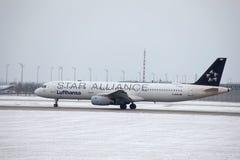 Lufthansa Airbus A321-100 D-AIRW que taxiing no aeroporto de Munich, inverno Foto de Stock