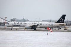 Lufthansa Airbus A321-100 D-AIRW que taxiing no aeroporto de Munich, inverno Imagem de Stock Royalty Free