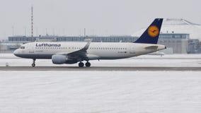 Lufthansa Airbus A320-200 D-AIUT che decolla dall'aeroporto di Monaco di Baviera archivi video