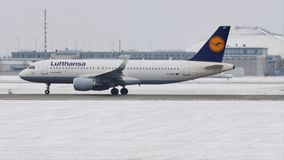 Lufthansa Airbus A320-200 D-AIUT que saca del aeropuerto de Munich