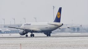 Lufthansa Airbus A320-200 D-AIZA che decolla dalla pista nevosa, MUC stock footage