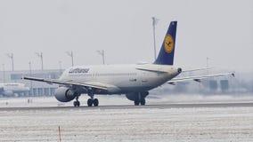 Lufthansa Airbus A320-200 D-AIZA que saca de la pista nevosa, MUC metrajes