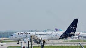 Lufthansa Airbus A320-200 D-AIZC che rulla nell'aeroporto di Monaco di Baviera archivi video