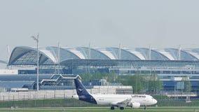 Lufthansa Airbus A320-200 D-AIZC que lleva en taxi en el aeropuerto de Munich almacen de video