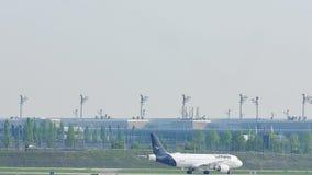 Lufthansa Airbus A320-200 D-AIZC que taxiing no aeroporto de Munich video estoque