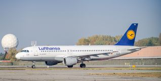 Lufthansa Airbus A320-200, der an Mailand-` s Linate Flughafen mit einem Taxi fährt Lizenzfreies Stockfoto