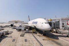 Lufthansa Airbus a380 en el aeropuerto internacional de Los Ángeles en los E.E.U.U. Imagen de archivo