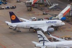 Lufthansa Airbus A319 estacionado na porta Imagens de Stock