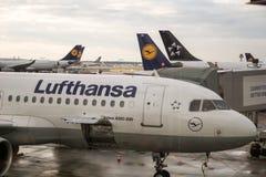 Lufthansa Airbus A320 estacionou para a manutenção no aeroporto de Francoforte, Alemanha Imagem de Stock